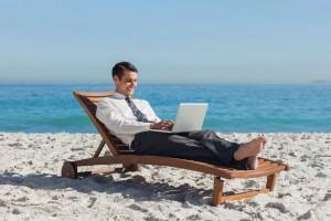 homme-business-ordinateur-travail-plage-transat-full-12953741