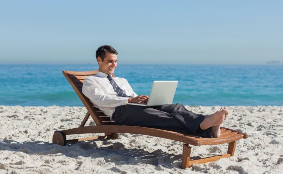 homme-business-ordinateur-travail-plage-transat-full-12953741